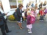 Paní ředitelka Marie Jirková vítá prvňáčky první školní den.